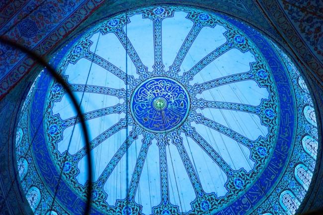 interiorul-moscheei-albastre-decorat-cu-zeci-de-mii-de-mozaicuri